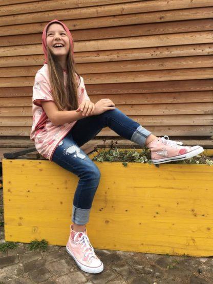 Bild lachendes Mädchen im Kinderkleid Wohli