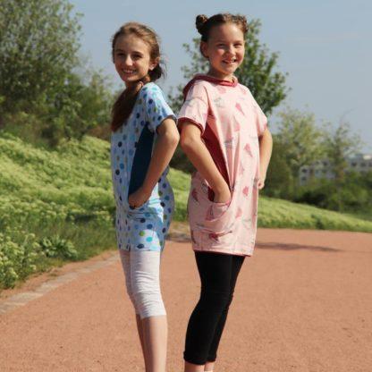 Bild zwei lachenden Mädchen in selbst genähten Kinderwohlis