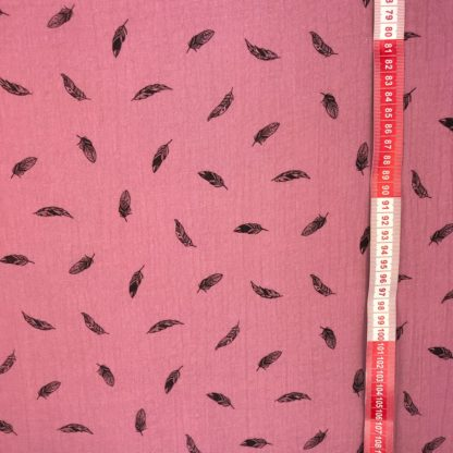 Bild altrosa Musselin Windelstoff mit schwarzen Federn