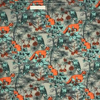Bild Baumwolljersey Stoff in der Farbe grau mit orangenen Füchsen, blauen Eulen und Pflanzen