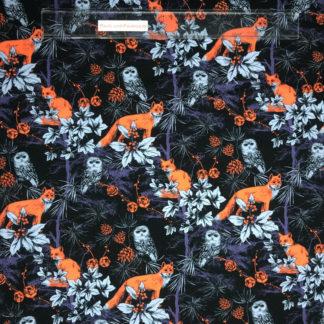 Bild Baumwolljersey Stoff in der Farbe dunkelblau mit orangenen Füchsen, blauen Eulen und Pflanzen