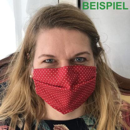 Bild Frau mit Gesichtsmaske aus Baumwollstoff in rot mit weißen Punkten