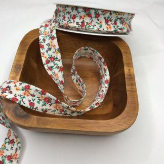 Bild Schrägband, Einfassband in weiß mit roten Blumen, Pfingstrosen, Streublümchen, 20mm, Baumwolle
