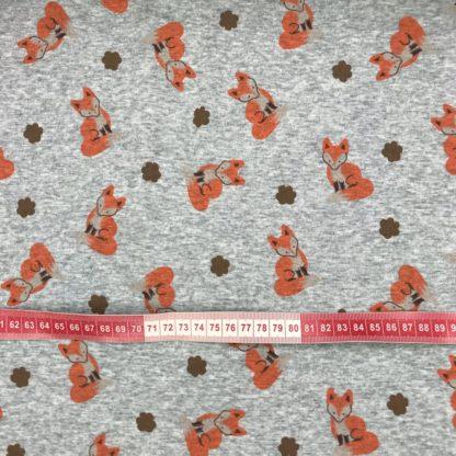 Bild Alpenfleece, Fleece, dicker Stoff, warm, kuschelig, hellgrau, meliert, cool, orangene Füchse, braunem Pfoten, Pfotenabdruck, Tatzen