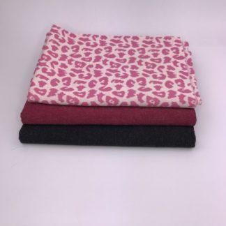 Bild leicht angerauter Sweat in beere, schwarz und Jaquarde mit leomuster in pink