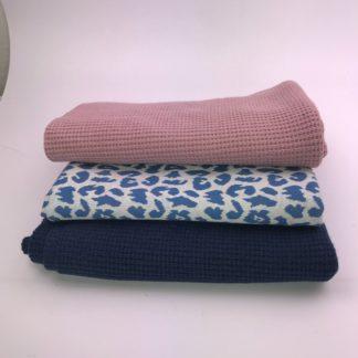 Bild Nähpaket XXL Tuch aus Strickstoff in schwarz und blau mit Jaquarde in blau mit Leo Muster