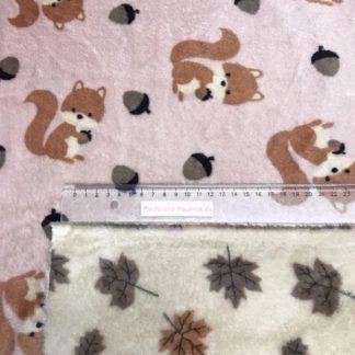 Bild kuscheliger Stoff, Microfleece, dabelfleece, eine Seite mit Eichhörnchen und Eicheln. Die andere Seite mit verschieden Farben Blätter