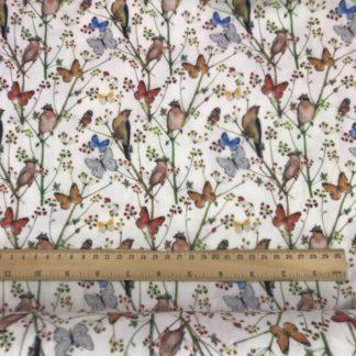 Bild grauer Musselin Windelstoff weiß mit Vögeln und Schmetterlingen, Tuchstoff, Baumwolle, Motiv, gemustert, zarte Blumen, Zweige, Vogelhochzeit