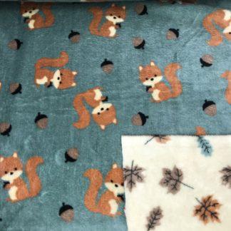 Bild kuscheliger Stoff, Microfleece, dabelfleece, eine Seite mit Eichhörnchen und Eicheln auf Eisgrün. Die andere Seite mit verschieden Farben Blätter