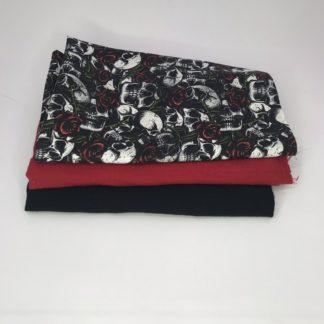 Bild XXL Tuch Musselin in schwarz, rot und Webware/Baumwolle mit Totenkopf, Totenköpfe auf schwarz mit roten Rosen