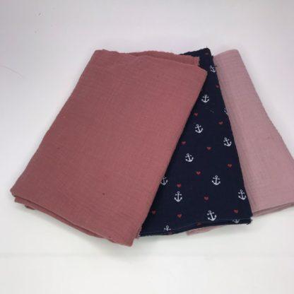 Bild drei Stoffe zum Nähpaket in rosa, lachs und Anker mit rosa Herzen auf Navyblau