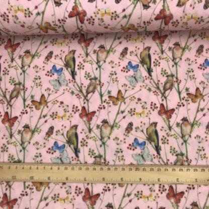 Bild grauer Musselin Windelstoff rosa mit Vögeln und Schmetterlingen, Tuchstoff, Baumwolle, Motiv, gemustert, zarte Blumen, Zweige, Vogelhochzeit
