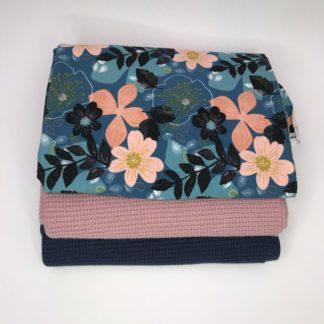 Bild Stoffpaket aus Strickstoff in dunkel blau, altrosa. Sweatstoff mit Blumen, Blätern in blau