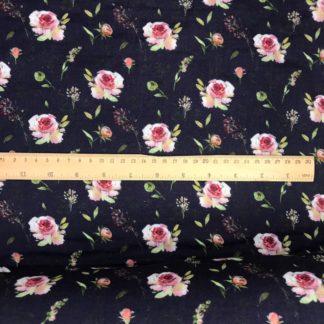 Bild Musselinstoff dunkelblau, navyblau, zarte Rosenblüten, rosa pink florales Blütenmuster, Blütenblätter grün, Blütenknospen orange, Blütengrässer hellgrün